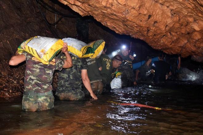 [ẢNH] Nỗ lực giải cứu đội bóng Thái Lan: Hút hàng ngàn khối nước vẫn chưa cứu được người - Ảnh 5.