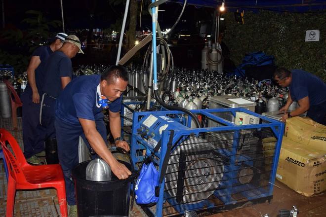 [ẢNH] Nỗ lực giải cứu đội bóng Thái Lan: Hút hàng ngàn khối nước vẫn chưa cứu được người - Ảnh 2.