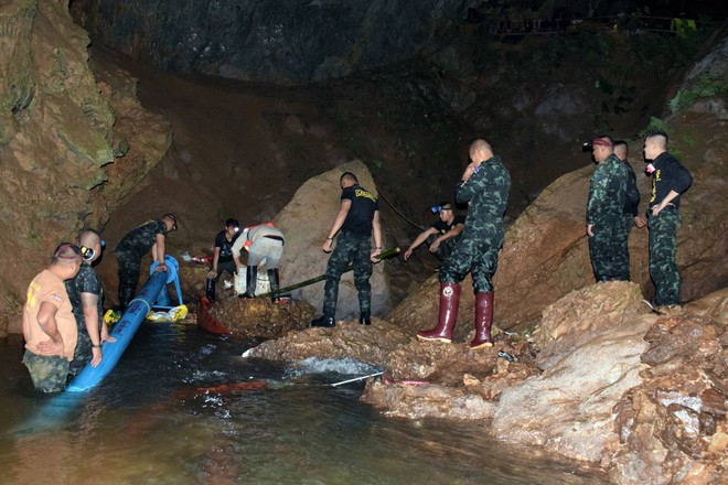 [ẢNH] Nỗ lực giải cứu đội bóng Thái Lan: Hút hàng ngàn khối nước vẫn chưa cứu được người - Ảnh 7.