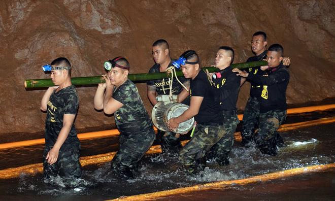 [ẢNH] Nỗ lực giải cứu đội bóng Thái Lan: Hút hàng ngàn khối nước vẫn chưa cứu được người - Ảnh 3.
