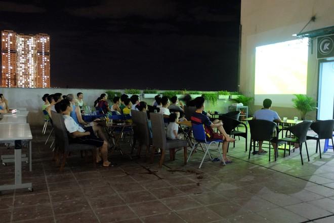 Sân thượng, sảnh chờ, công trường xây dựng thành quán cà phê bóng đá mùa World Cup - Ảnh 3.