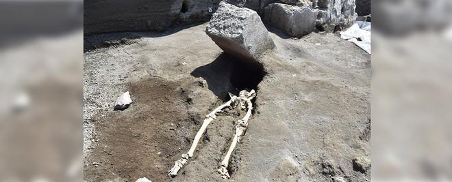 Nạn nhân bị tảng đá nặng 300kg đè gãy sọ: Sự thật cái chết sau gần 2000 năm mới sáng tỏ! - Ảnh 1.