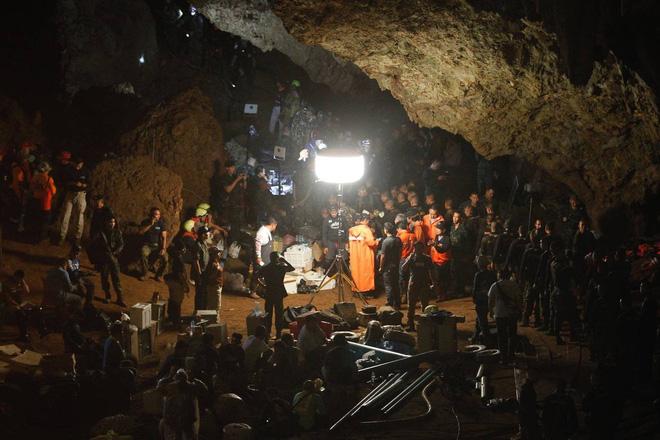 [ẢNH] Nỗ lực giải cứu đội bóng Thái Lan: Hút hàng ngàn khối nước vẫn chưa cứu được người - Ảnh 8.