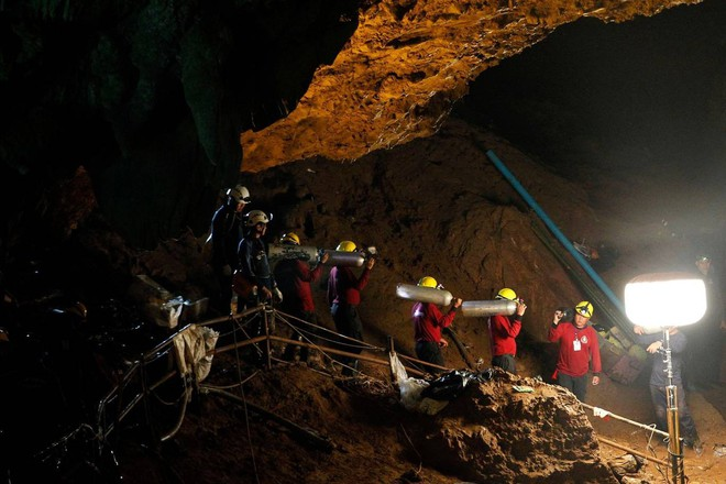 [ẢNH] Nỗ lực giải cứu đội bóng Thái Lan: Hút hàng ngàn khối nước vẫn chưa cứu được người - Ảnh 4.