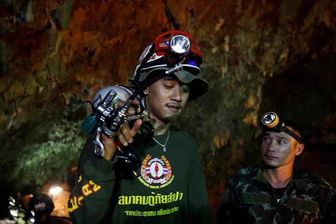 [ẢNH] Nỗ lực giải cứu đội bóng Thái Lan: Hút hàng ngàn khối nước vẫn chưa cứu được người - Ảnh 9.