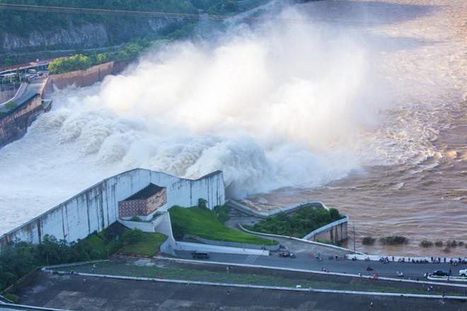 Đập Thủy điện Hòa Bình chịu được 4 quả bom nguyên tử, an toàn gần như tuyệt đối? - Ảnh 2.