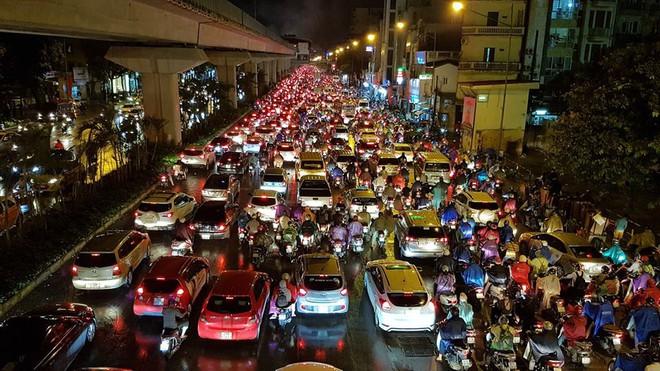 Người dân Hà Nội chật vật trên đường trở về nhà sau trận mưa lớn chiều nay - Ảnh 5.