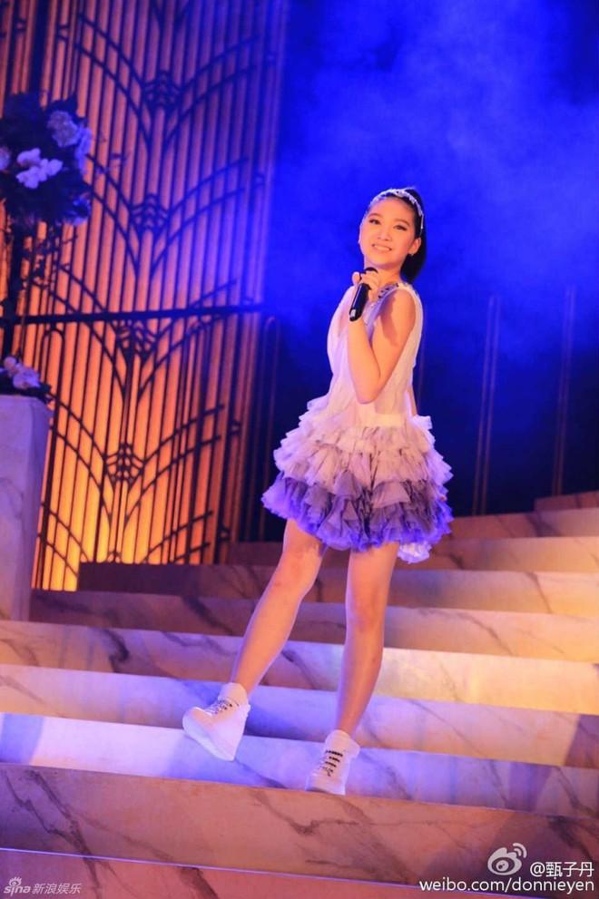 Con gái Chân Tử Đan: 14 tuổi đã phổng phao xinh đẹp, chân dài miên man - Ảnh 12.