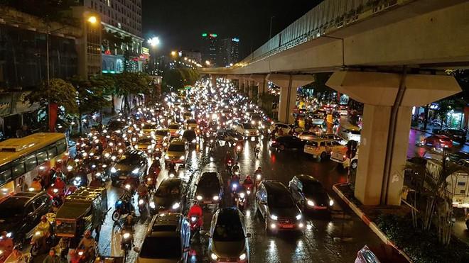 Người dân Hà Nội chật vật trên đường trở về nhà sau trận mưa lớn chiều nay - Ảnh 7.
