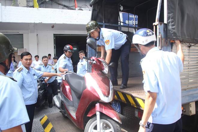 Ông Đoàn Ngọc Hải tái xuất kiểm tra vỉa hè, tiểu thương Sài Gòn nháo nhào ôm hàng tháo chạy - Ảnh 1.