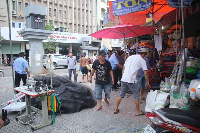 Ông Đoàn Ngọc Hải tái xuất kiểm tra vỉa hè, tiểu thương Sài Gòn nháo nhào ôm hàng tháo chạy - Ảnh 2.
