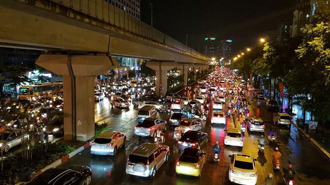 Người dân Hà Nội chật vật trên đường trở về nhà sau trận mưa lớn chiều nay - Ảnh 8.