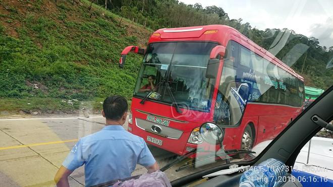 2 xe khách đối đầu ở Quảng Nam, hàng chục người thoát chết  - Ảnh 1.