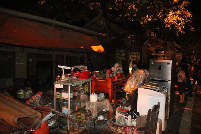 Hòa Bình: Đang ngồi ăn cơm nhà ngoài, quay ra đã thấy nhà trong bị sụt xuống sông - Ảnh 2.