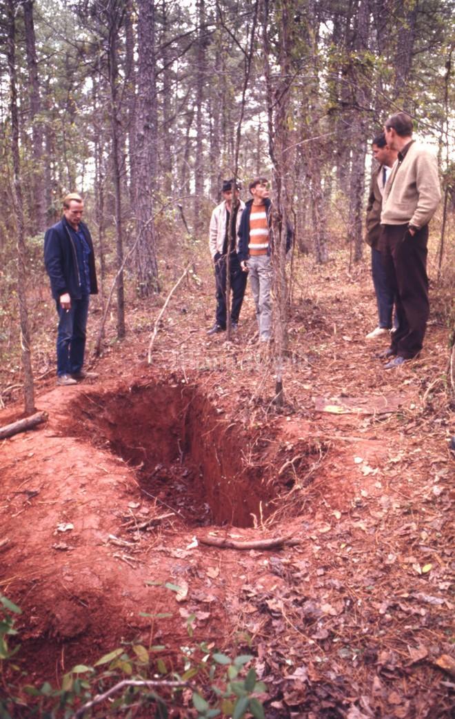 Kỳ án thế kỷ: Vụ án chiếc quan tài giữa rừng hoang và cô gái sống sót kỳ diệu sau 3 ngày bị chôn sống - Ảnh 7.