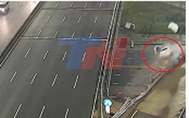 Video: Lao xe ra khỏi cầu vượt với vận tốc 170 km/h, tài xế may mắn thoát chết