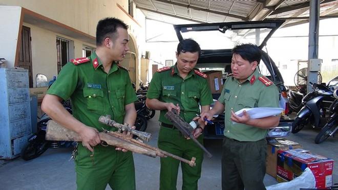 Công an Quảng Nam vận động dân giao nộp cả ngàn khẩu súng - Ảnh 1.