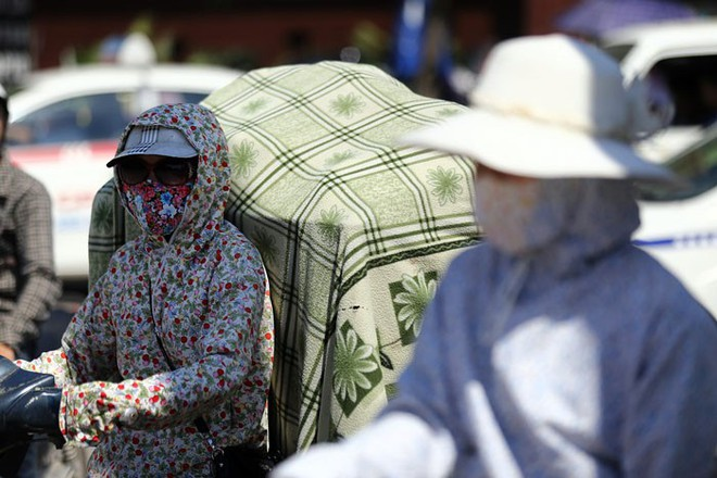 Hà Nội: Nắng nóng kinh hoàng, một người đàn ông hôn mê nằm gục ở vỉa hè - Ảnh 1.