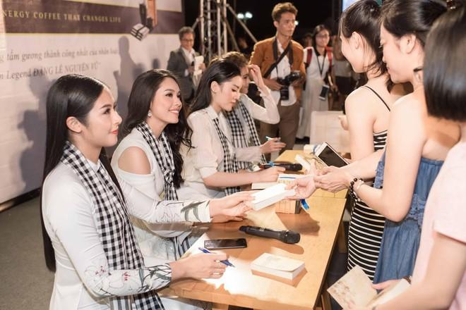 Hoa hậu Kỳ Duyên, Ngọc Hân tặng sách ở Nha Trang - Ảnh 1.