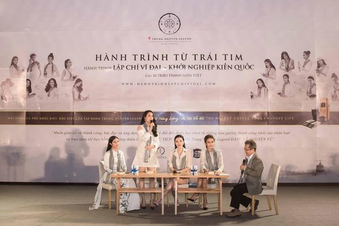 Hoa hậu Kỳ Duyên, Ngọc Hân tặng sách ở Nha Trang - Ảnh 2.