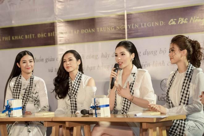 Hoa hậu Kỳ Duyên, Ngọc Hân tặng sách ở Nha Trang - Ảnh 3.