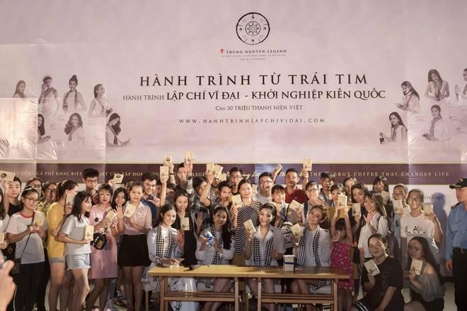 Hoa hậu Kỳ Duyên, Ngọc Hân tặng sách ở Nha Trang - Ảnh 4.