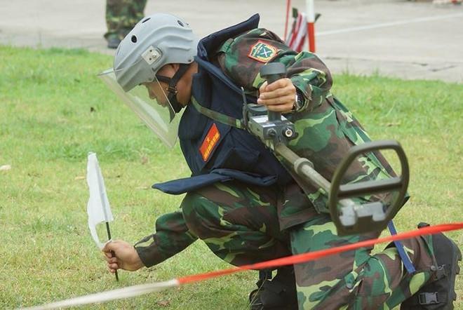 Mục kích lính công binh huấn luyện chống khủng bố - Ảnh 2.