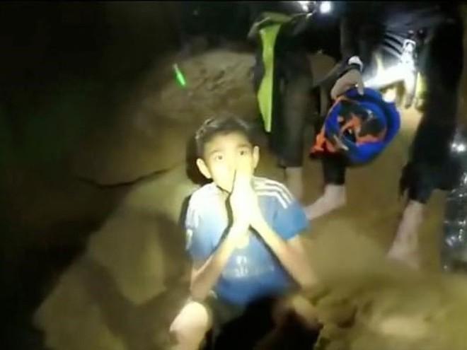 Đội bóng Thái Lan học lặn cấp tốc, chuẩn bị rời hang trước bão - Ảnh 3.