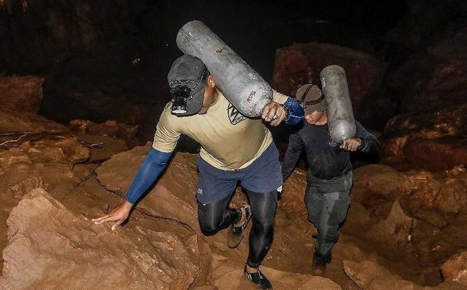 Đội bóng Thái Lan học lặn cấp tốc, chuẩn bị rời hang trước bão