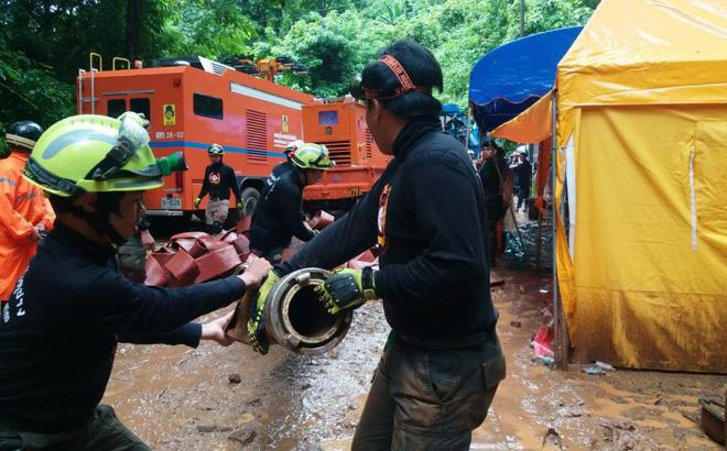 """Đội bóng Thái Lan bị mắc kẹt: Bão lớn sắp ập tới, hàng trăm máy bơm """"chạy đua với trời"""""""