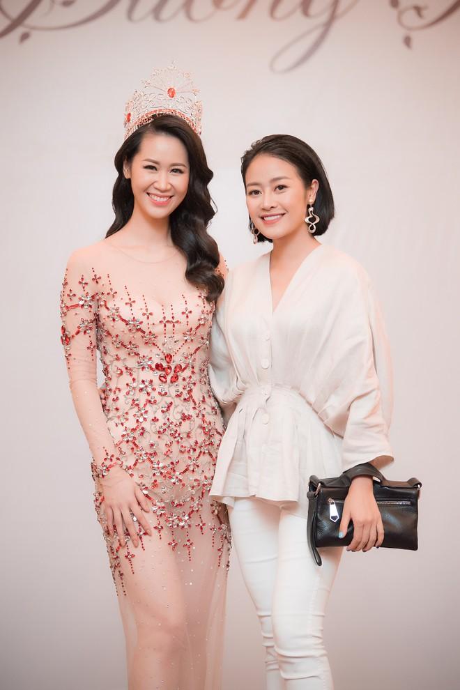 Dương Thuỳ Linh lộng lẫy xuất hiện sau khi đoạt giải Hoa hậu Phụ nữ toàn thế giới - Ảnh 10.