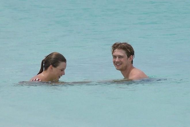 Taylor Swift lộ dáng mũm mĩm khi mặc bikini tắm biển cùng bạn trai - Ảnh 1.