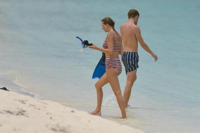 Taylor Swift lộ dáng mũm mĩm khi mặc bikini tắm biển cùng bạn trai - Ảnh 4.