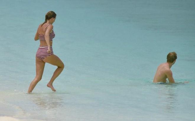 Taylor Swift lộ dáng mũm mĩm khi mặc bikini tắm biển cùng bạn trai