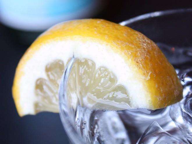 6 tác dụng phụ không ngờ khi uống nhiều nước chanh - Ảnh 2.