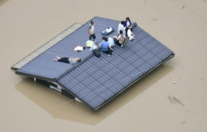 Chùm ảnh miền Tây Nhật Bản bị nhấn chìm bởi trận mưa kỉ lục  - Ảnh 1.