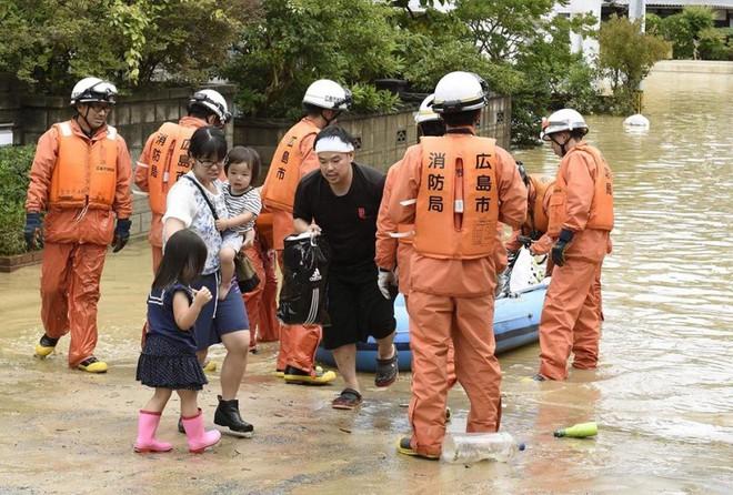 Chùm ảnh miền Tây Nhật Bản bị nhấn chìm bởi trận mưa kỉ lục  - Ảnh 2.