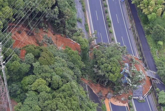 Chùm ảnh miền Tây Nhật Bản bị nhấn chìm bởi trận mưa kỉ lục  - Ảnh 3.