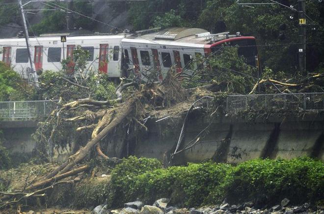 Chùm ảnh miền Tây Nhật Bản bị nhấn chìm bởi trận mưa kỉ lục  - Ảnh 4.