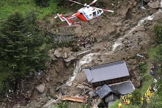 Chùm ảnh miền Tây Nhật Bản bị nhấn chìm bởi trận mưa kỉ lục  - Ảnh 5.