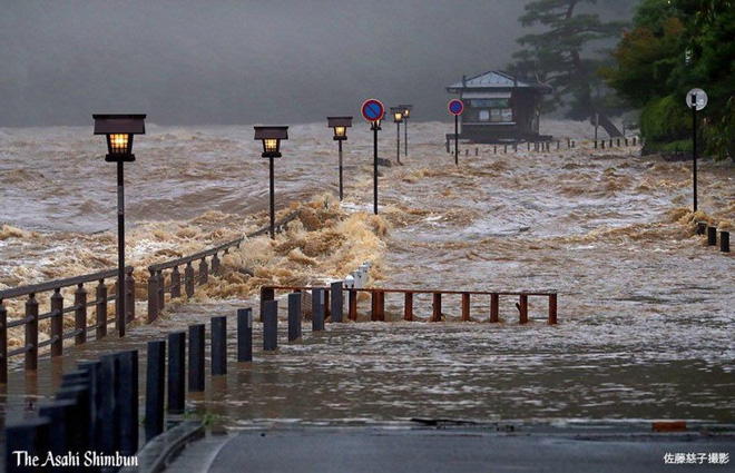 Chùm ảnh miền Tây Nhật Bản bị nhấn chìm bởi trận mưa kỉ lục  - Ảnh 6.