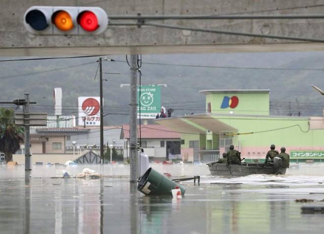 Chùm ảnh miền Tây Nhật Bản bị nhấn chìm bởi trận mưa kỉ lục  - Ảnh 8.