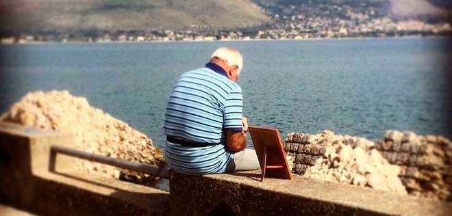 Bức ảnh gây xúc động: Khắc khoải về người vợ đã mất, cụ ông 72 tuổi ôm di ảnh ra biển vào mỗi sáng suốt nhiều năm liền - Ảnh 1.