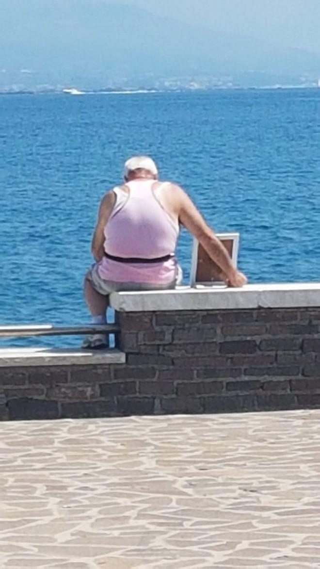 Bức ảnh gây xúc động: Khắc khoải về người vợ đã mất, cụ ông 72 tuổi ôm di ảnh ra biển vào mỗi sáng suốt nhiều năm liền - Ảnh 2.