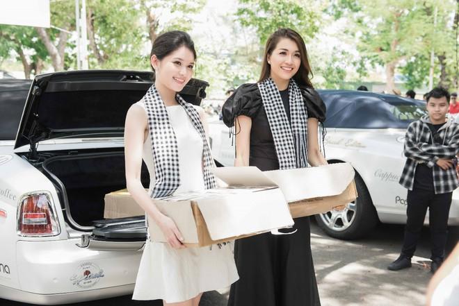 Thùy Dung – Lệ Hằng mướt mồ hôi bê sách tặng sinh viên Đà Nẵng - Ảnh 2.