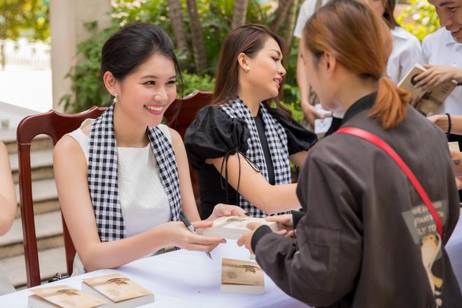 Thùy Dung – Lệ Hằng mướt mồ hôi bê sách tặng sinh viên Đà Nẵng - Ảnh 4.