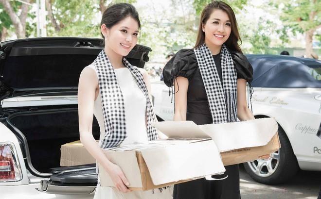 Thùy Dung – Lệ Hằng mướt mồ hôi bê sách tặng sinh viên Đà Nẵng