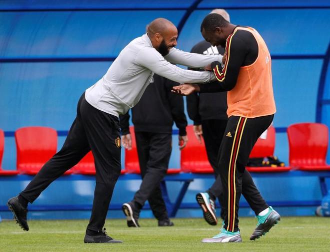 Siêu sao Man United tươi rói, chơi đùa cùng đối thủ Pháp trước đại chiến - Ảnh 2.