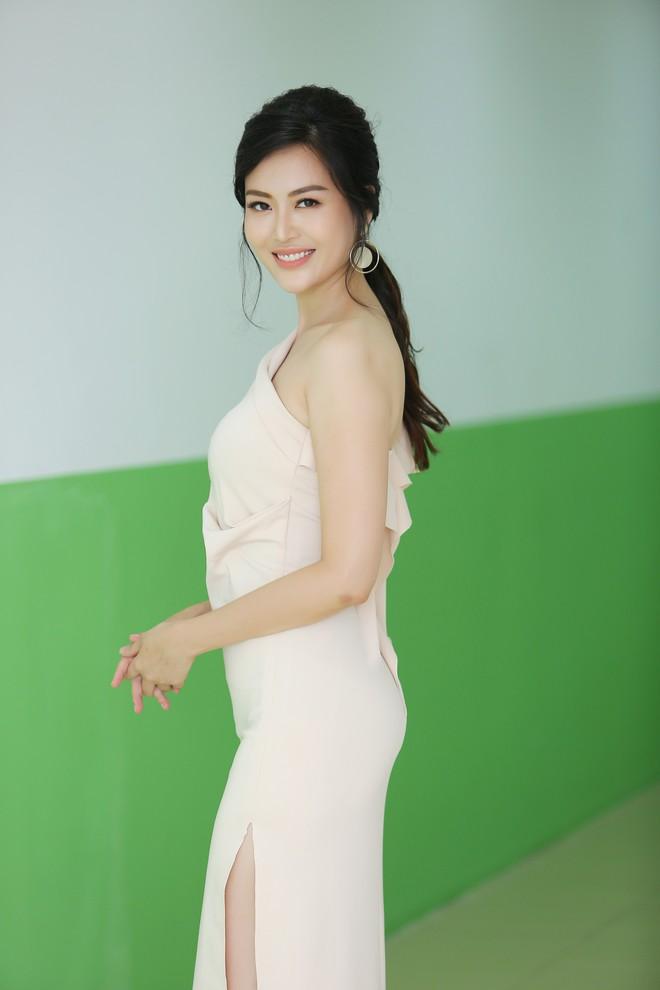 Hoa hậu Thu Ngân tái xuất với vóc dáng mảnh mai, gợi cảm sau gần 1 năm sinh con - Ảnh 7.