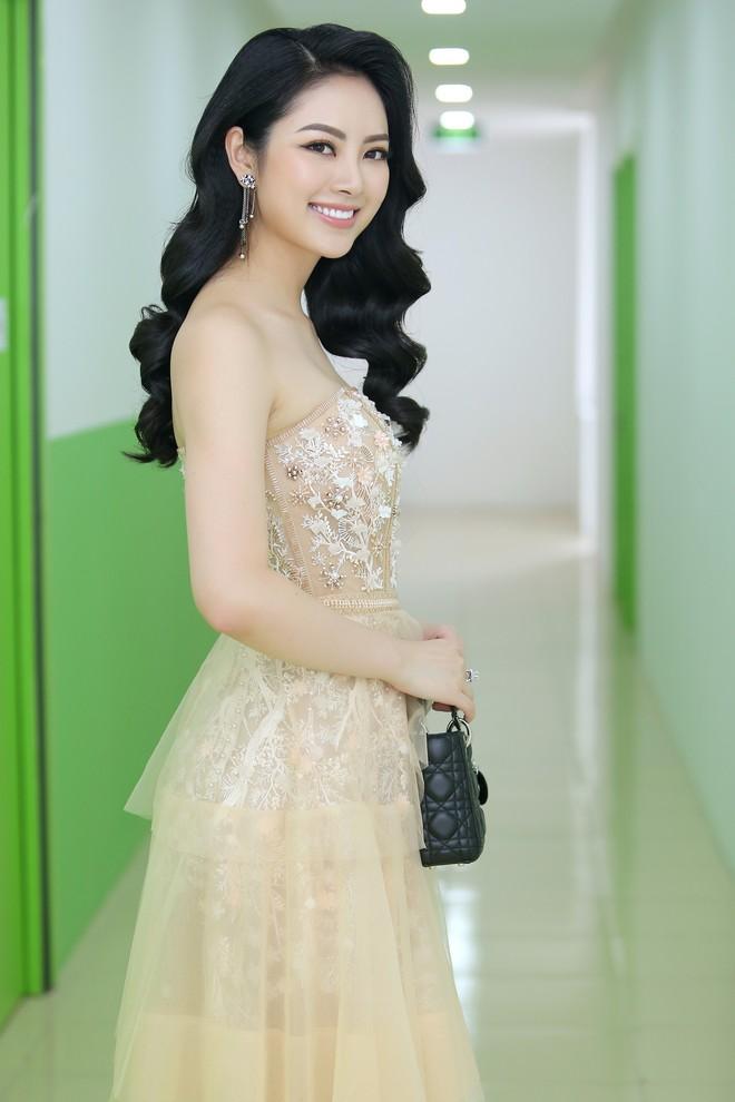Hoa hậu Thu Ngân tái xuất với vóc dáng mảnh mai, gợi cảm sau gần 1 năm sinh con - Ảnh 5.